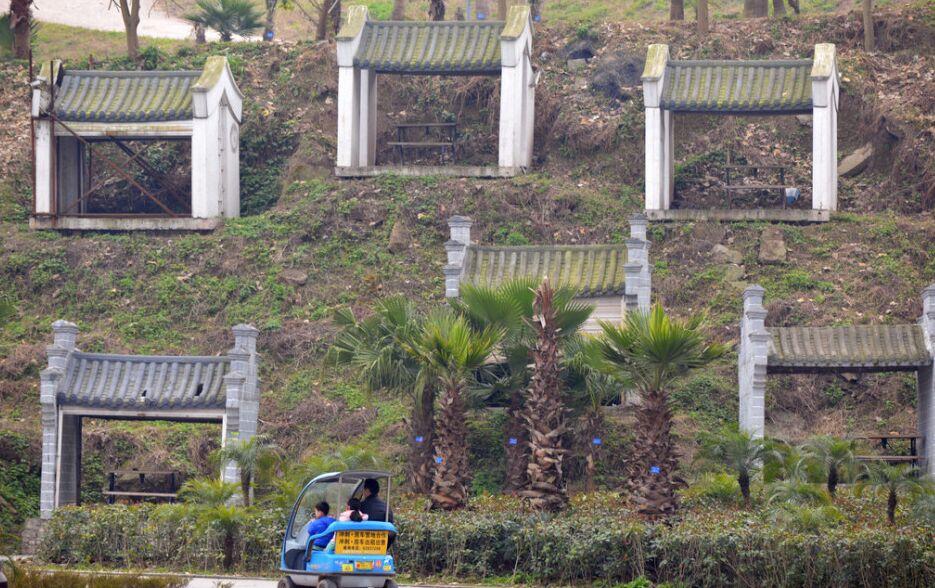 重庆中式商铺荒置5年 远看似公墓
